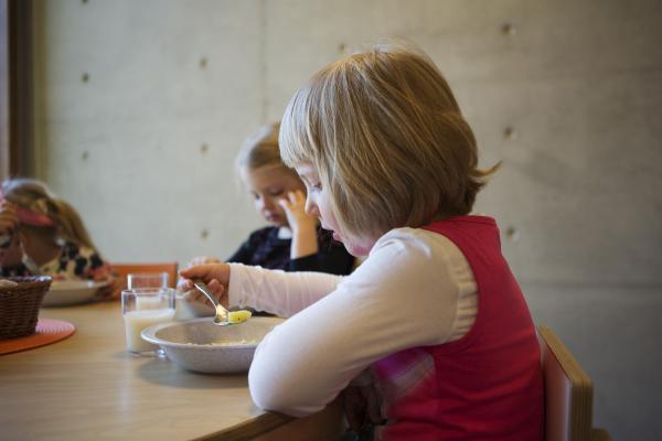 Tyttö syö lounasta varhaiskasvatuksessa.