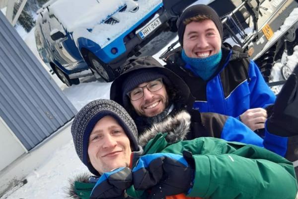 Vasatokan vapaaehtoiset Nick, Marius ja Leo talvisäässä