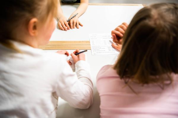 Lapset työskentelevät pöydän ääressä