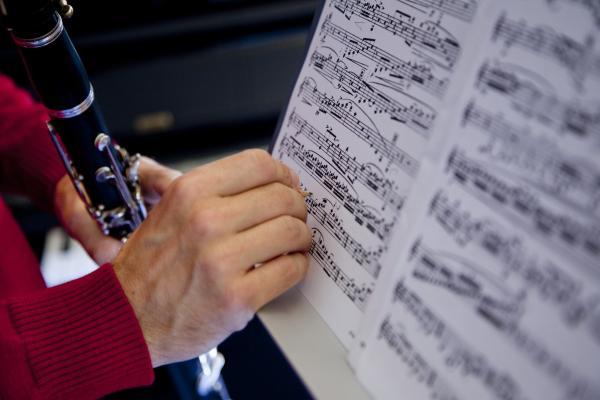 Kuvituskuvassa muusikko tekee nuottimerkintää