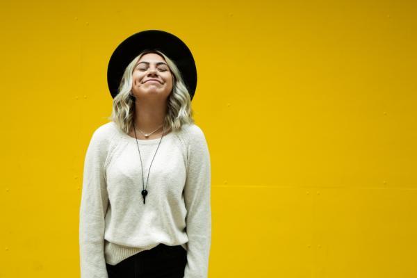 Nainen hymyilee
