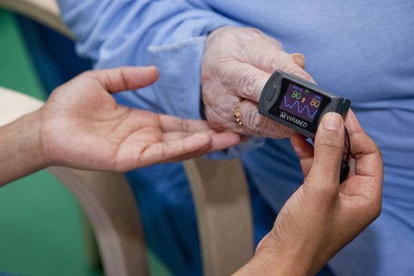Kuvituskuvassa pulssimittari vanhuksen sormessa