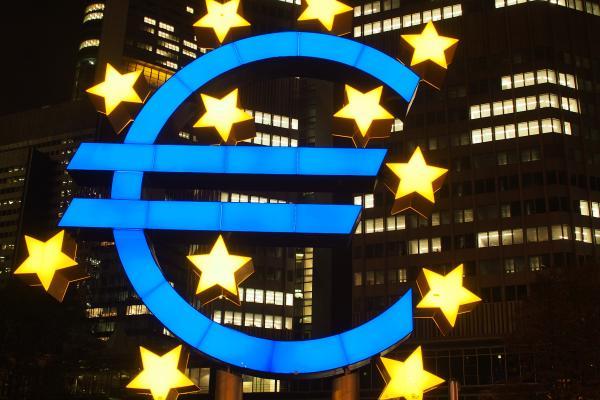 Valaistu euron symboli ja EU-tähdet