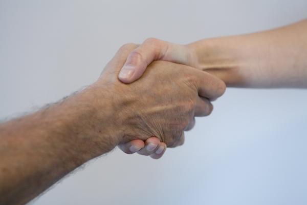 Kuvituskuvassa kädet, jotka kättelevät