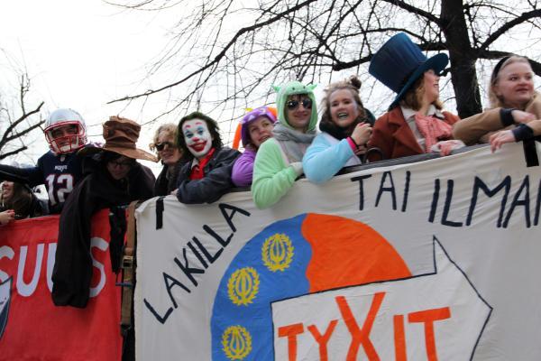 Penkkarijuhlijoita Helsingissä keväällä 2020
