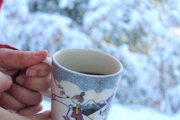 Kuvituskuvassa juodaan kahvia talvimaisemassa