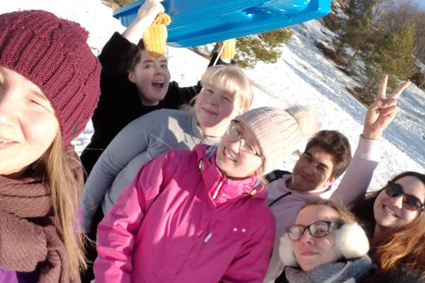 Porilaisia nuoria ryhmäkuvassa kesken lumileikkien.