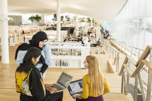 Maahanmuuttajia kirjastossa