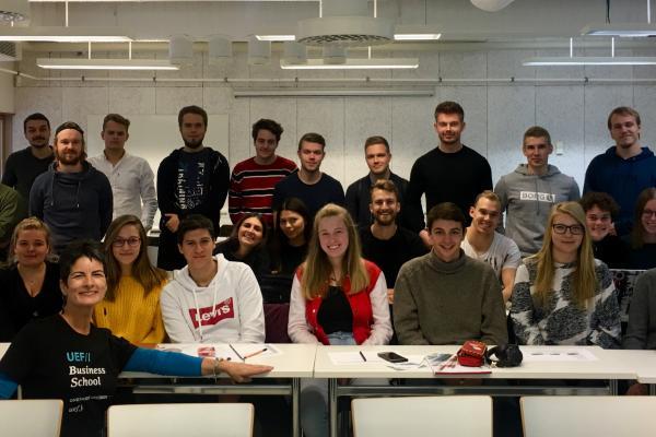 Ryhmäkuva korkeakouluopiskelijoista luokassa