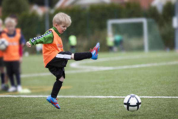 Kuvituskuva: Poika pelaa jalkapalloa