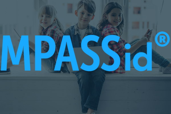 MPASSid-palvelun logo taustakuvalla, jossa kolme oppijaa istuu ikkunalaudalla