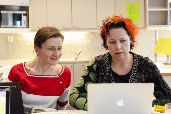 Två lärare som arbetar på en dator.