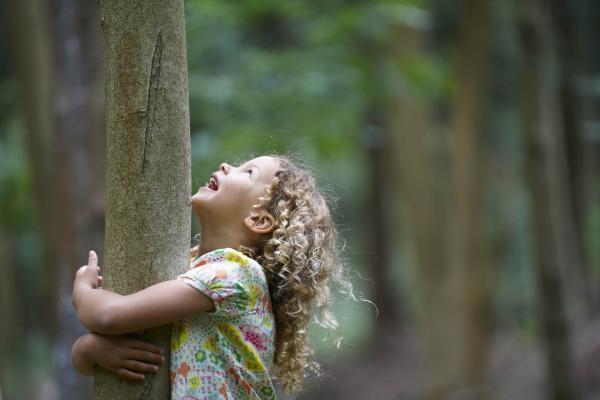 Tyttö halaa puuta