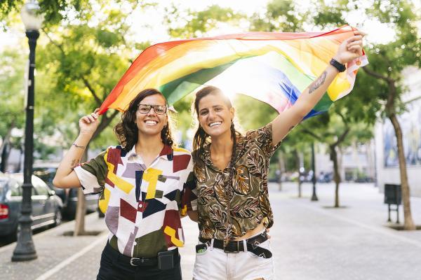 Kuvituskuva: kaksi naista kävelee kadulla