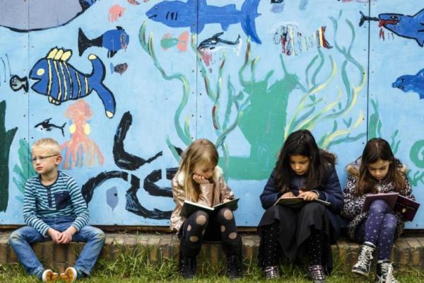 Lapsia koulupihalla