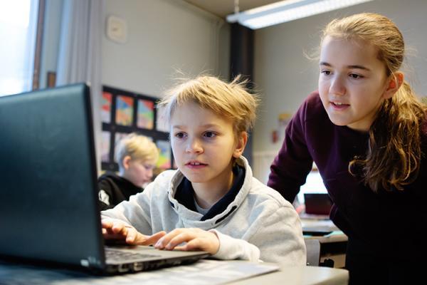 Oppilaat tietokoneella