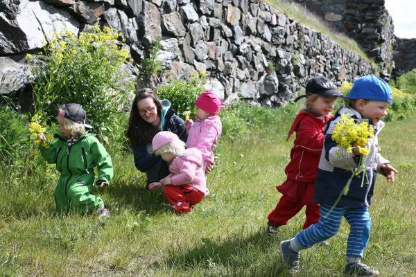 Barn som plockar blommor tillsammans