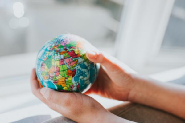 Maapallo ja kädet Rajoitettu käyttöoikeus Erasmus+