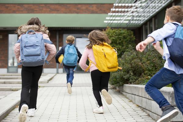 Lapset juoksevat kouluun