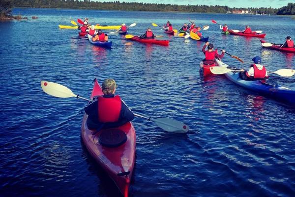 Elever paddlar på sjön