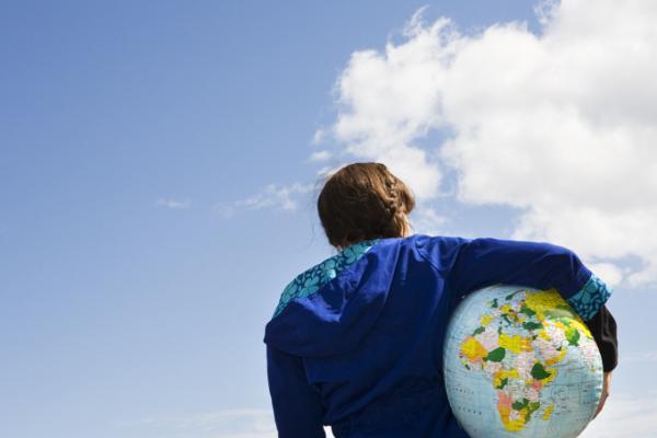 Kuvituskuva maapallo ja nainen