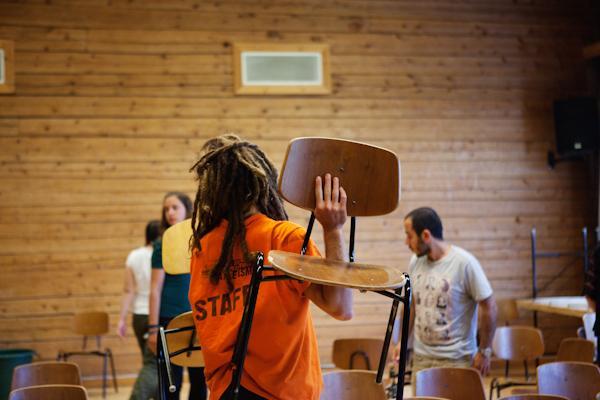 Nuoret vapaaehtoiset järjestävät teatteriesitystä
