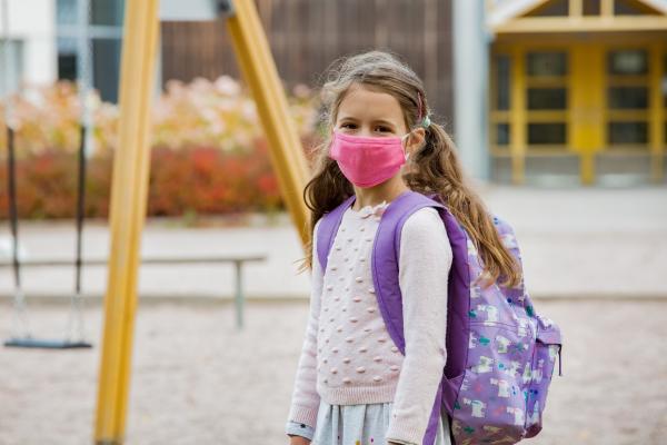 Koululainen maski naamalla