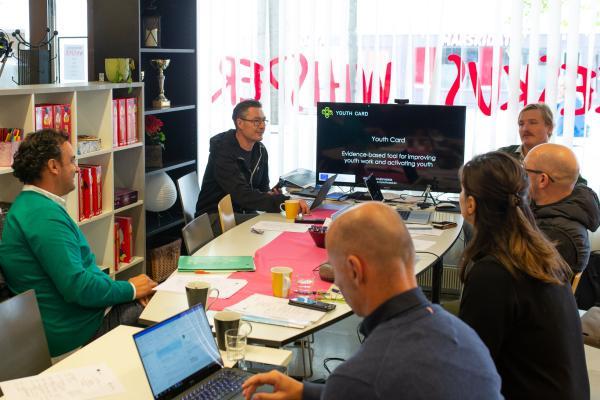 Hankkeen työryhmä aloituskokouksessa työpöydän ympärillä.