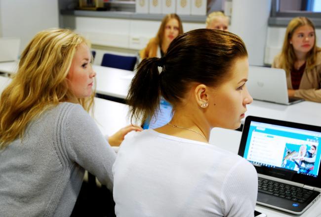 Lukiolaisia tietokoneen ääreessä.