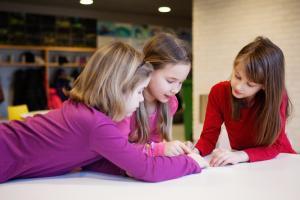 Kieltenopetusta kaikille jo ekalla luokalla – tammikuussa vietetään VOPS lentoon -tapahtumia sen kunniaksi