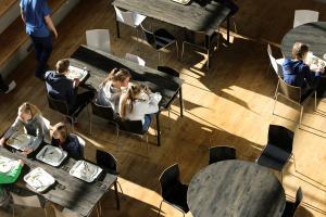 Avgiftsfria skolmåltider i mer än 70 år – Andra länder tar nu modell av Finlands sätt att ordna skolbespisningen