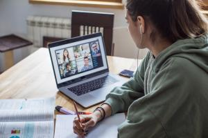 Utbildningsstyrelsens rapport: Nationella åtgärder behövs för att minska den digitala klyftan som utgör en utmaning för distansundervisningen