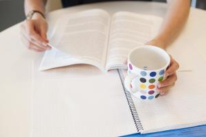 Ny utredning om undervisning som ordnas enligt verksamhetsområde: Varierande verksamhetssätt för att följa upp framstegen i lärandet