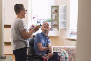 Vammaisten itsemääräämisoikeuksien ja osallisuuden edistäminen aiempaa vahvemmin esillä alan koulutuksessa