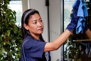 Henkilökohtaisten avustajien koulutus päättyy puhtaus- ja kiinteistöpalvelualan ammattitutkinnossa